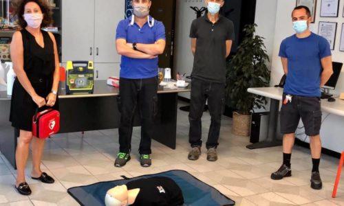 In pieno svolgimento il corso per il Retraining esecutori BLS-D: la nostra squadra di addetti sta eseguendo le manovre per una defibrillazione in sicurezza.